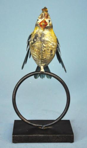 Oiseau en fer forgé design sur un anneau
