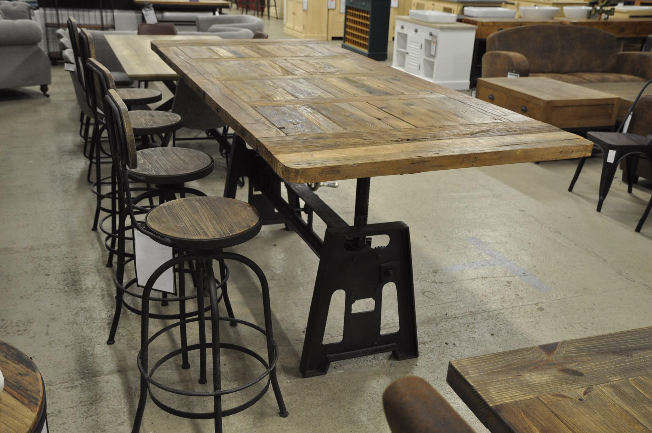 Table Industrielle A Manivelle Avec Pied En Fonte Et Plateau En Vieux Bois 220x100 Cm