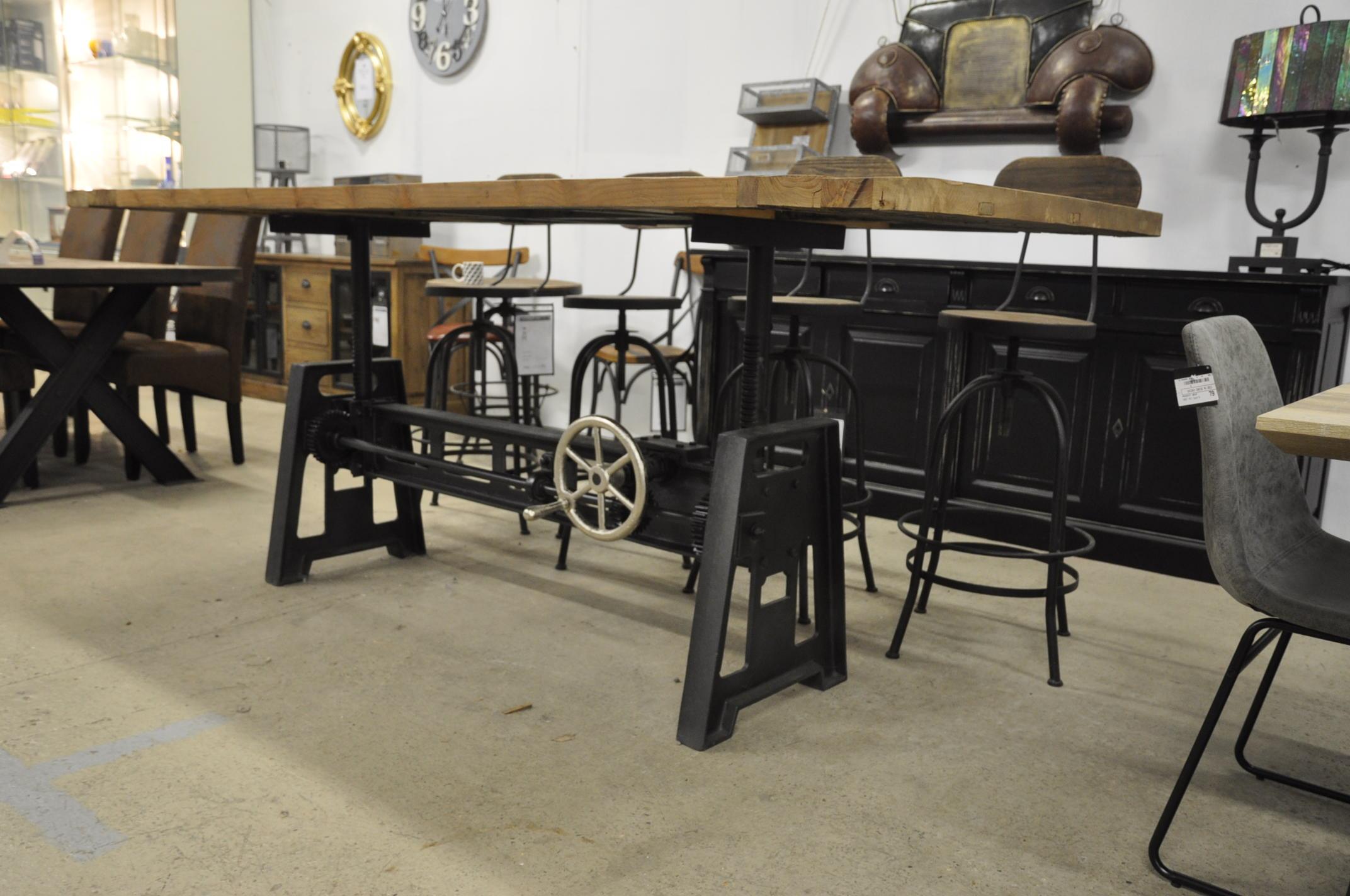 Table industrielle à manivelle avec Pied en fonte et Plateau en vieux Bois-  7x7 cm