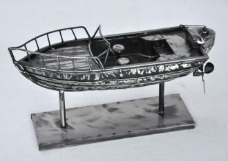 Bateau de pêche en métal gris acier