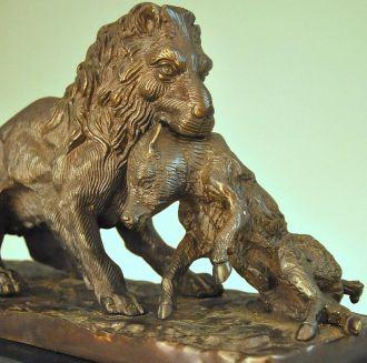 Lion Et Sa Proie Sur Base Marbre Demeure Et Jardin