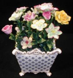Vase carré avec fleurs
