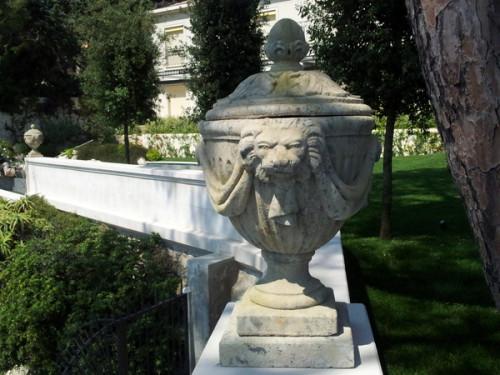 Urne drapée en pierre reconstituée - Hauteur 85 cm
