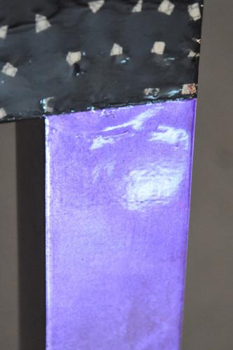 Table basse design laque noire pieds violets