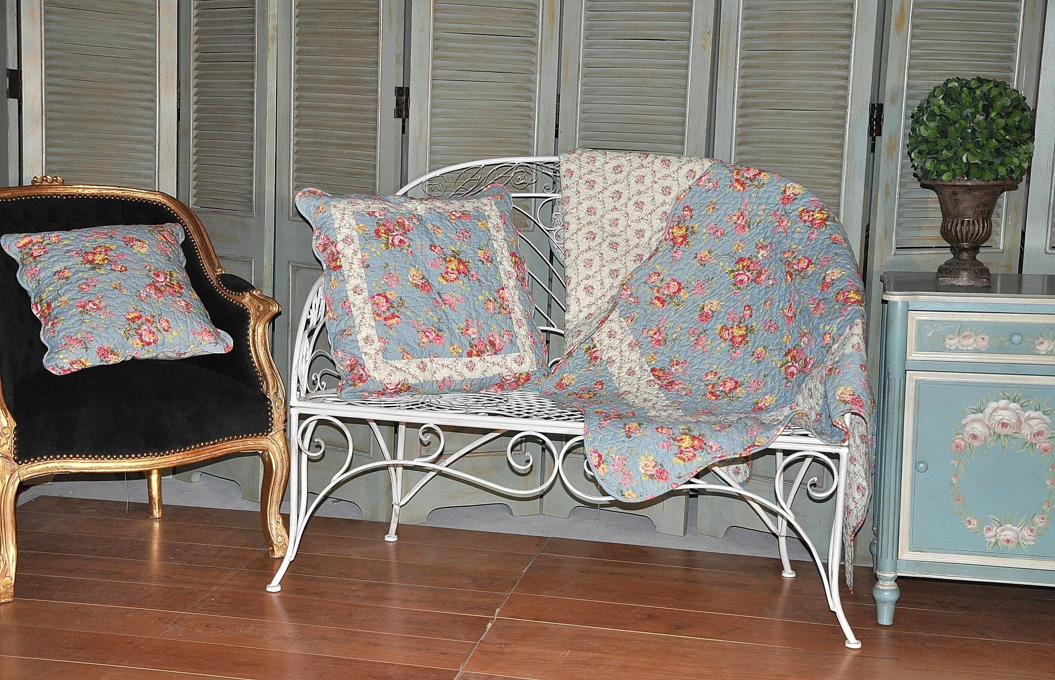 jet de canap en boutis bleu roses anglaises demeure et jardin. Black Bedroom Furniture Sets. Home Design Ideas