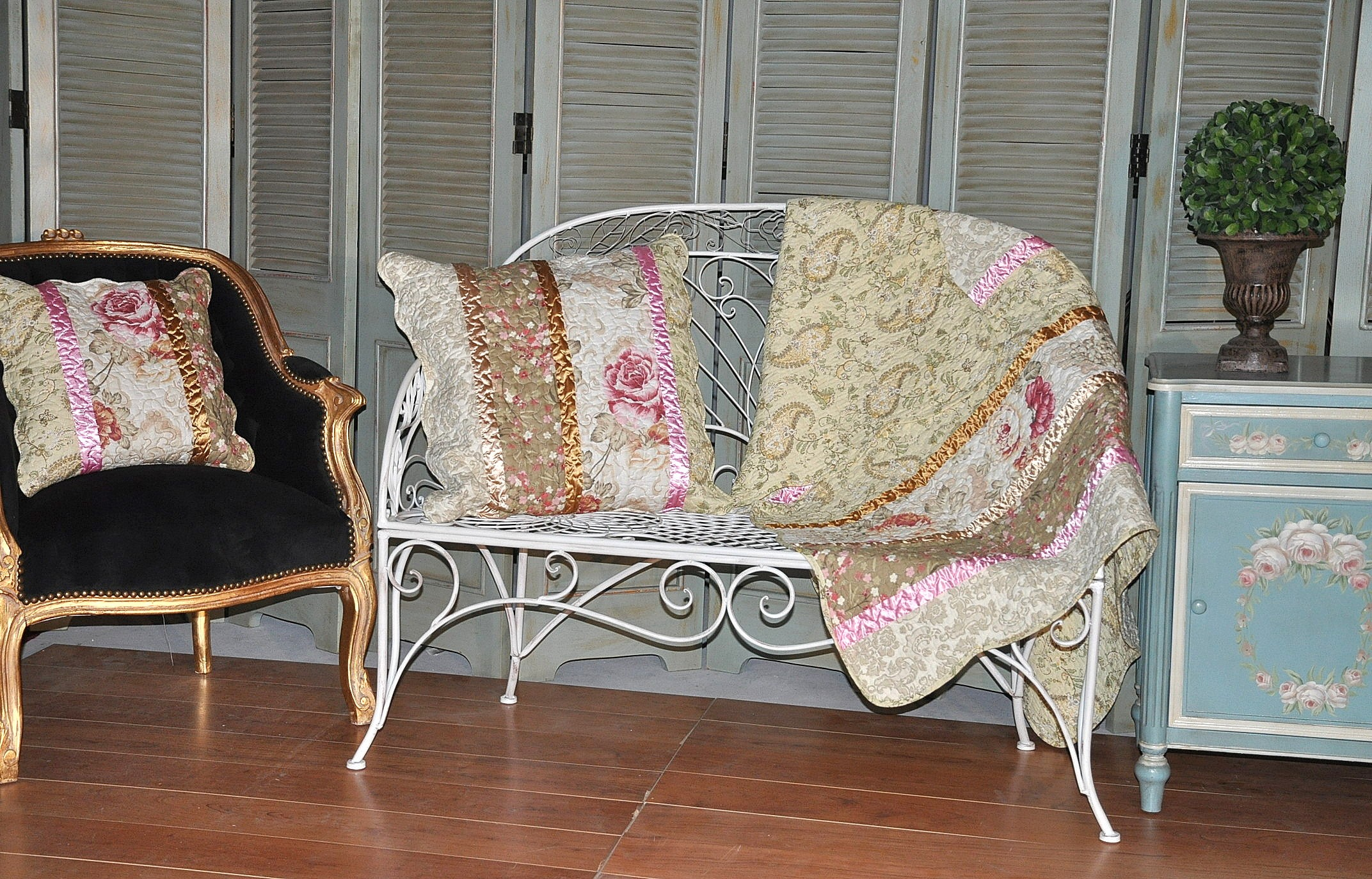 jet de canap imprim fleurs avec ruban demeure et jardin. Black Bedroom Furniture Sets. Home Design Ideas