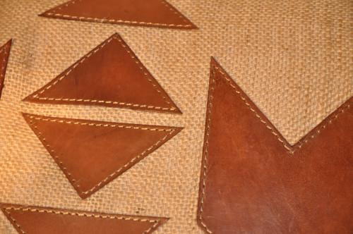 joli coussin style ethnique cuir et jute demeure et jardin. Black Bedroom Furniture Sets. Home Design Ideas